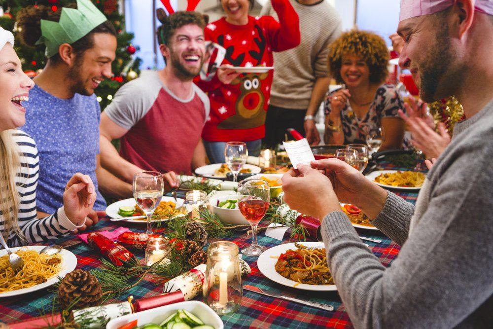 Застольные игры на Новый Год для взрослых прикольные сидячие